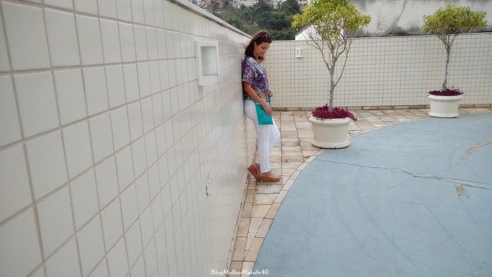 Blusa multi print Dedê Modas, colar em metal, bolsa Tudo Por Você, calça Renner, sandália Botanopé