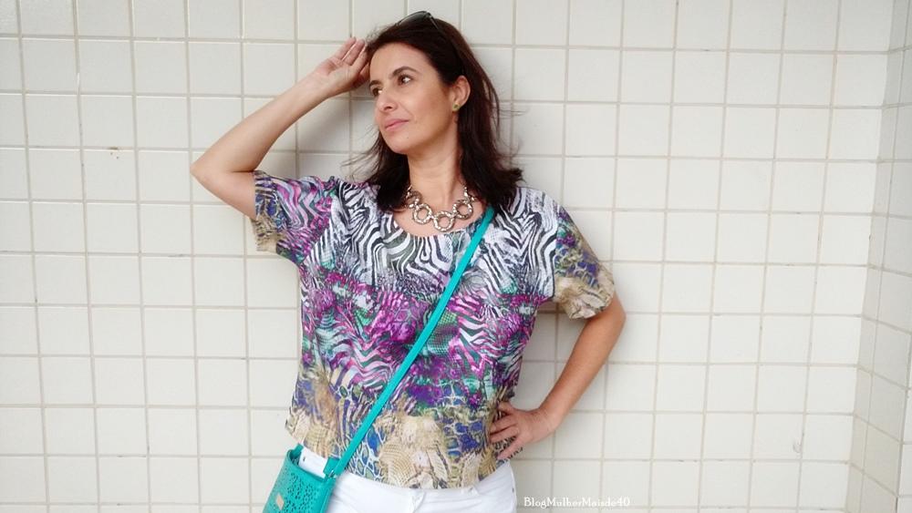 Blusa multi print, colar de metal e bolsa transversal verde água