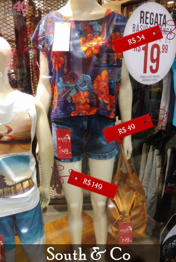Vitrine South & Co com blusa florida e short jeans