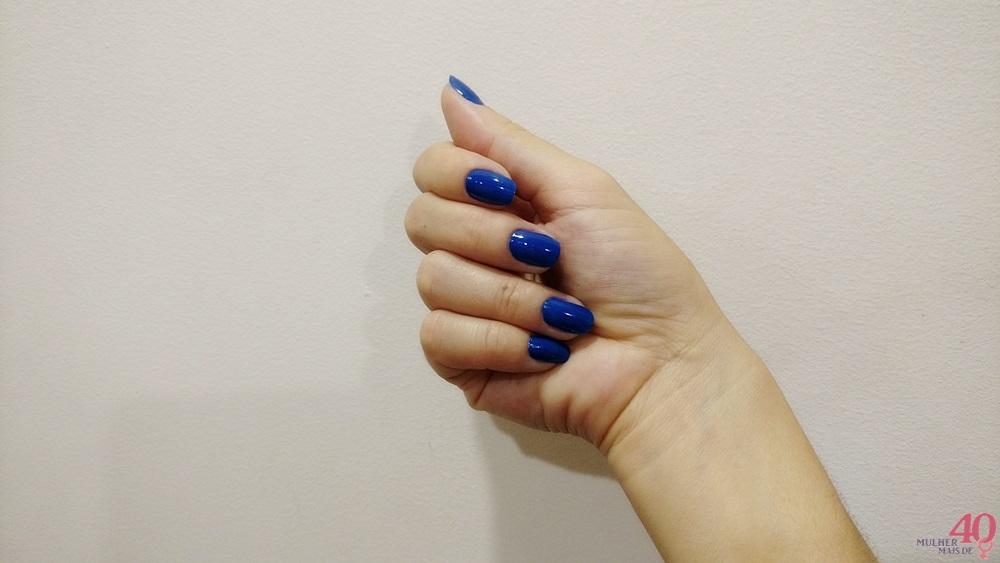 Esmalte da Bioderm Glam by Lexa Azul Royal nas unhas