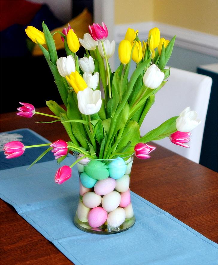 Mesa de Páscoa com ovos coloridos e tulipas