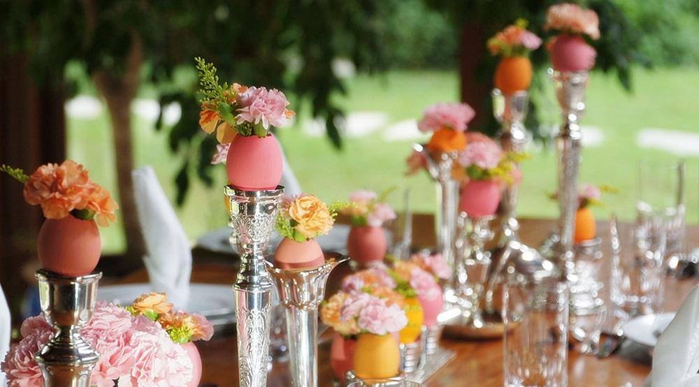 Mesa de Páscoa com ovos e flores nos catiçais