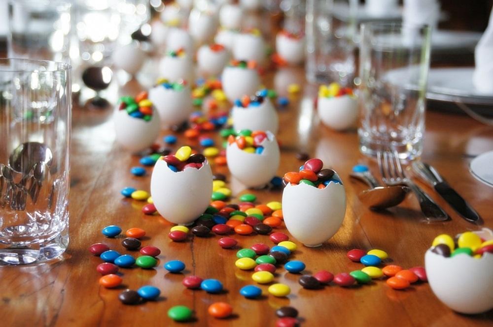Mesa de Páscoa com mini pastilhas de chocolate
