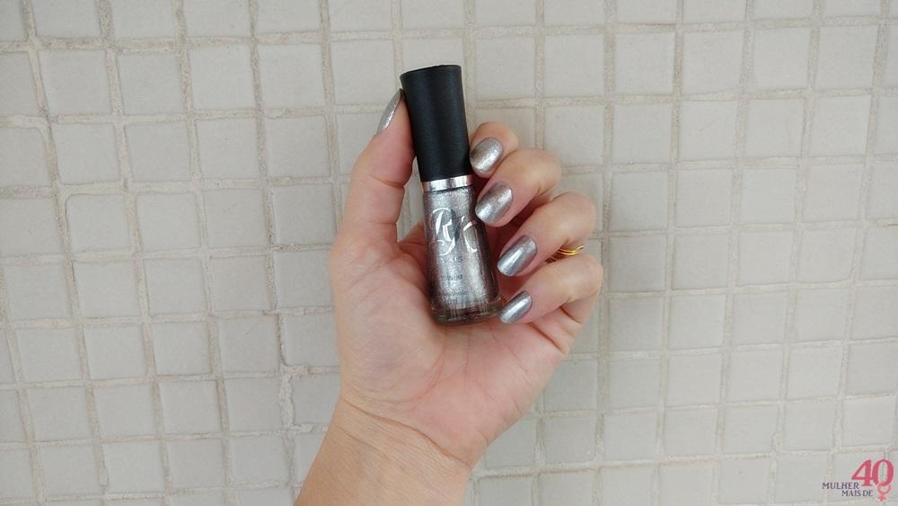 Esmalte metálico RK by KISS - Titanium o frasco na mão esquerda